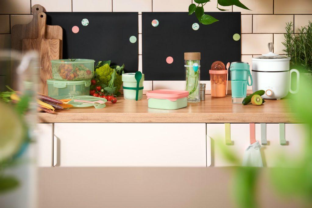 Die smarten Küchenhilfen von Tchibo auf einer Theke.